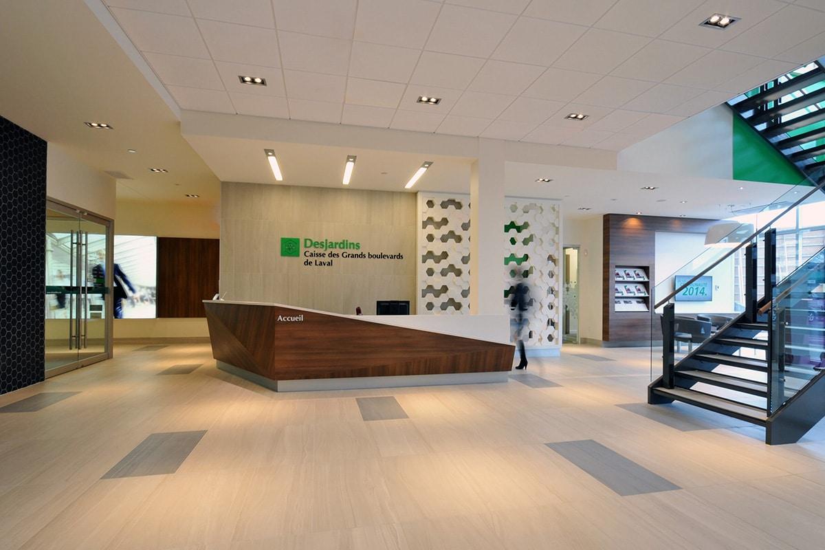 Réception et escalier aux bureaux de Desjardins à Laval par VAD Designers
