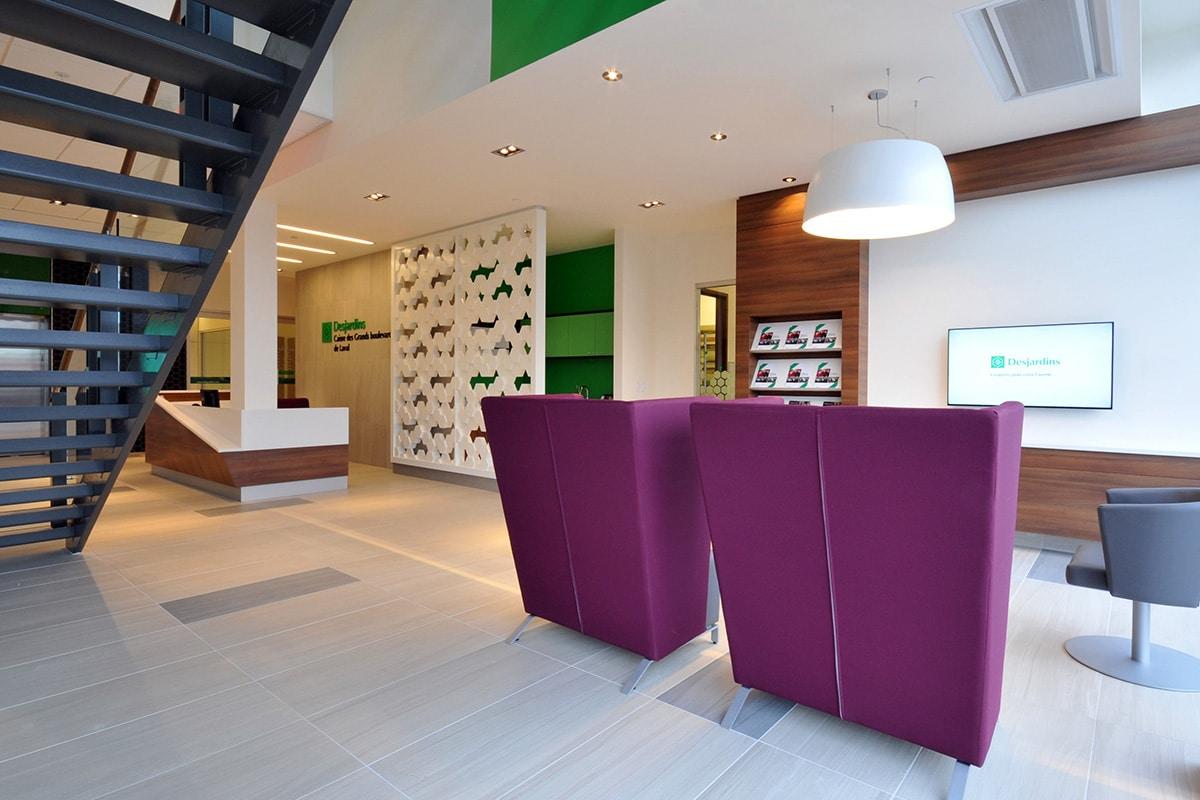 Réception et fauteuils aux bureaux de Desjardins à Laval aménagé par VAD Designers