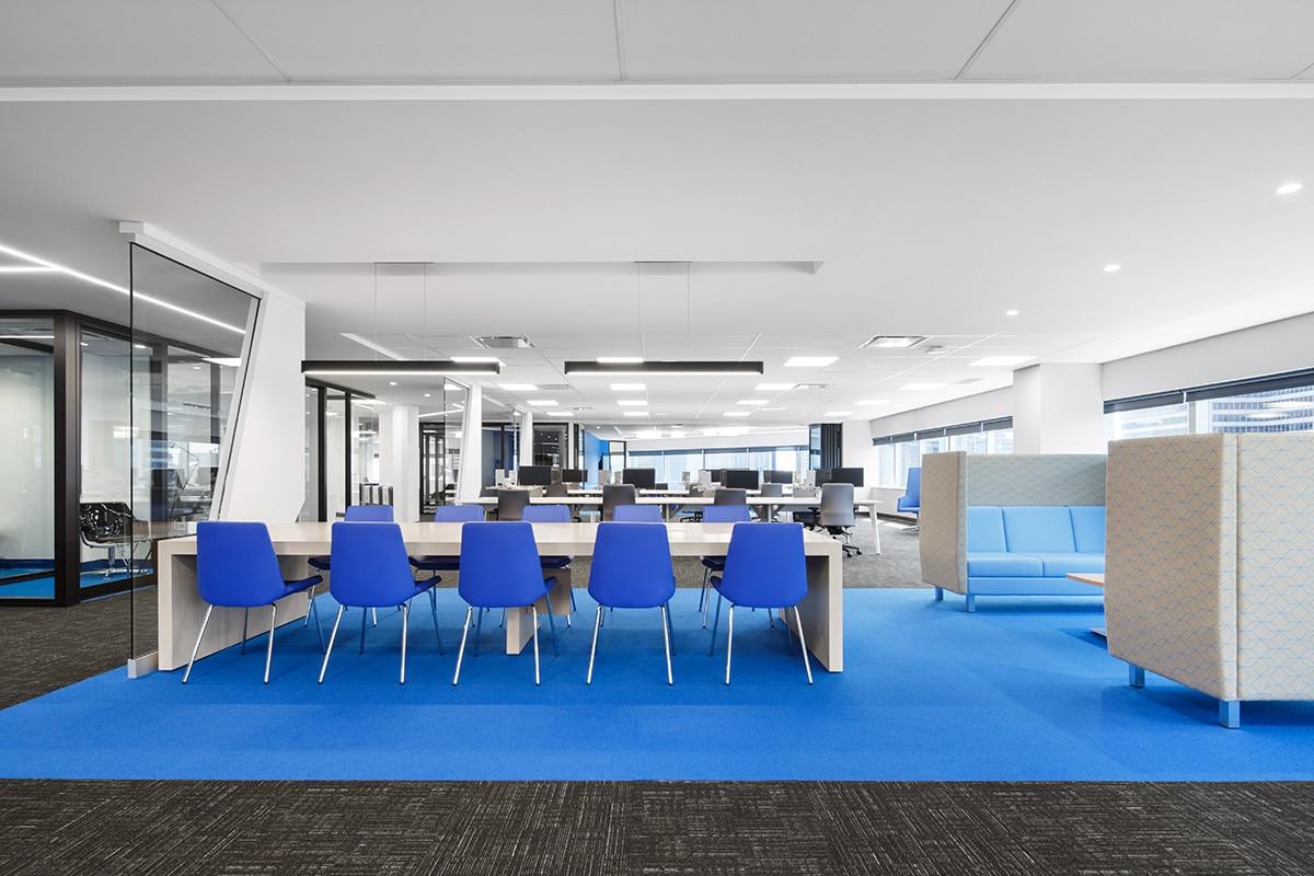 Bureaux et table de travail au siège sociale de Banque Nationale a Montréal aménagé par VAD Designers