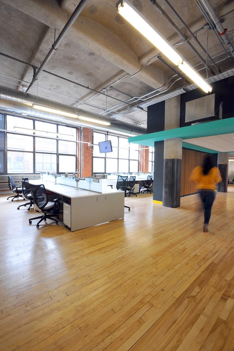 Bureaux industriels plancher de bois par VAD Designers