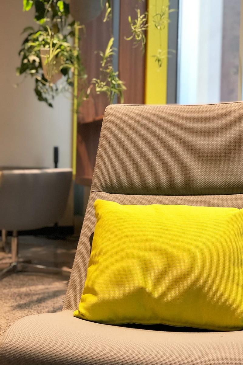 Fauteil dans salle de classe collaborative au Collège LaSalle à Montréal aménagé par VAD Designers