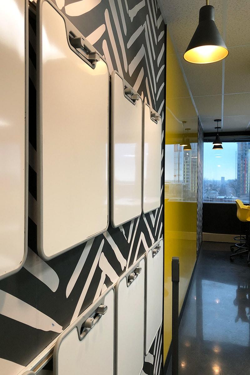Tableaux blancs dans salle de classe au Collège LaSalle à Montréal aménagé par VAD Designers