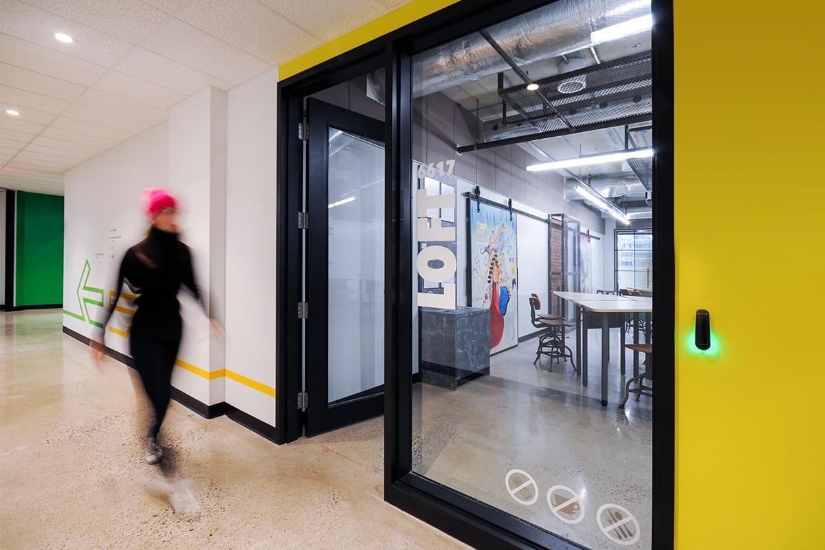 Couloir jaune au Collège LaSalle à Montréal aménagé par VAD Designers