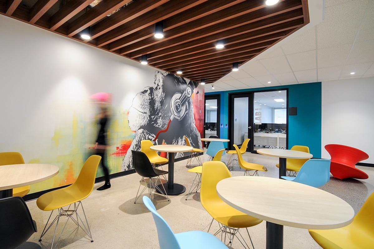 Coin lounge et art mural au Collège LaSalle à Montréal aménagé par VAD Designers