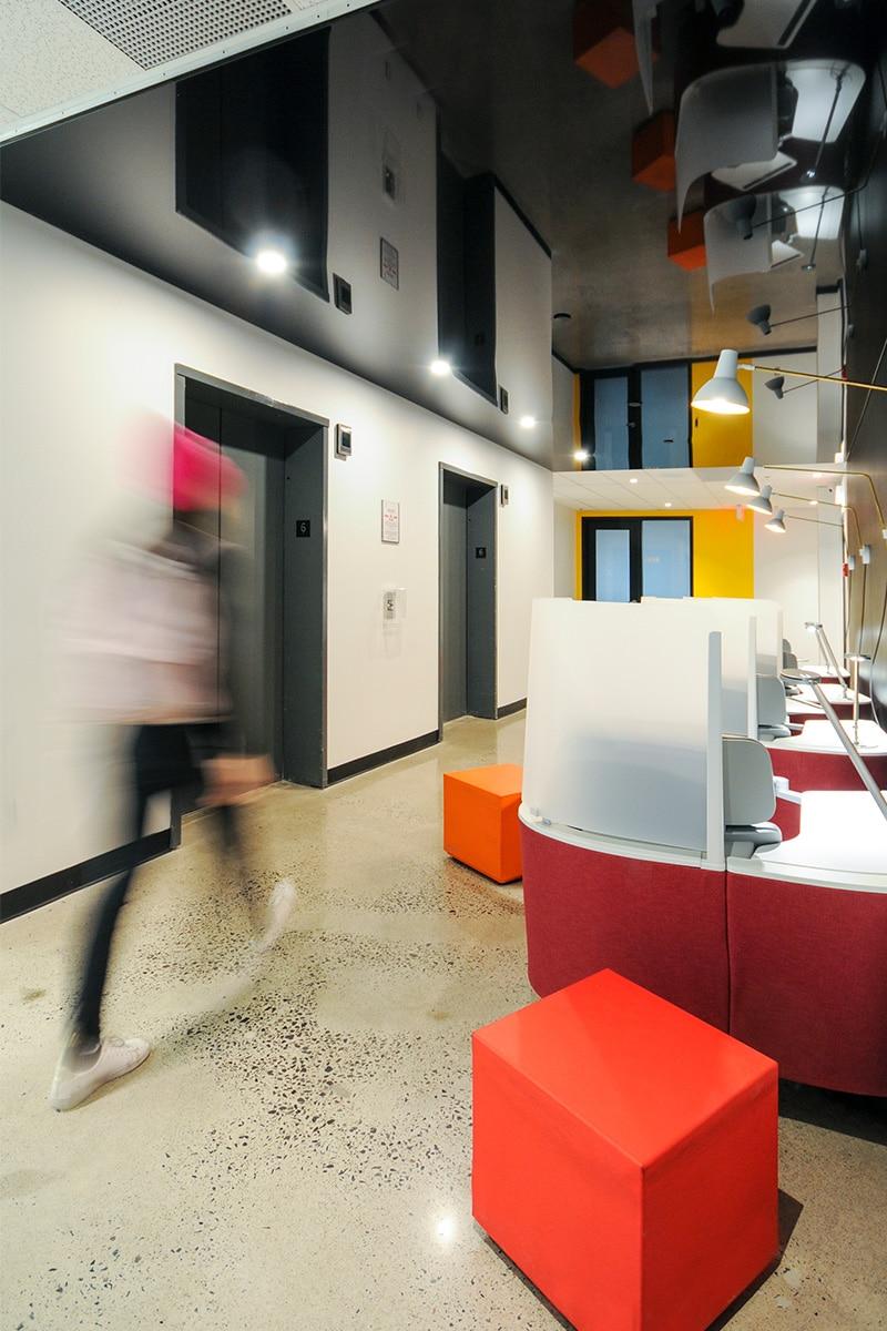 Couloir design au Collège LaSalle à Montréal aménagé par VAD Designers