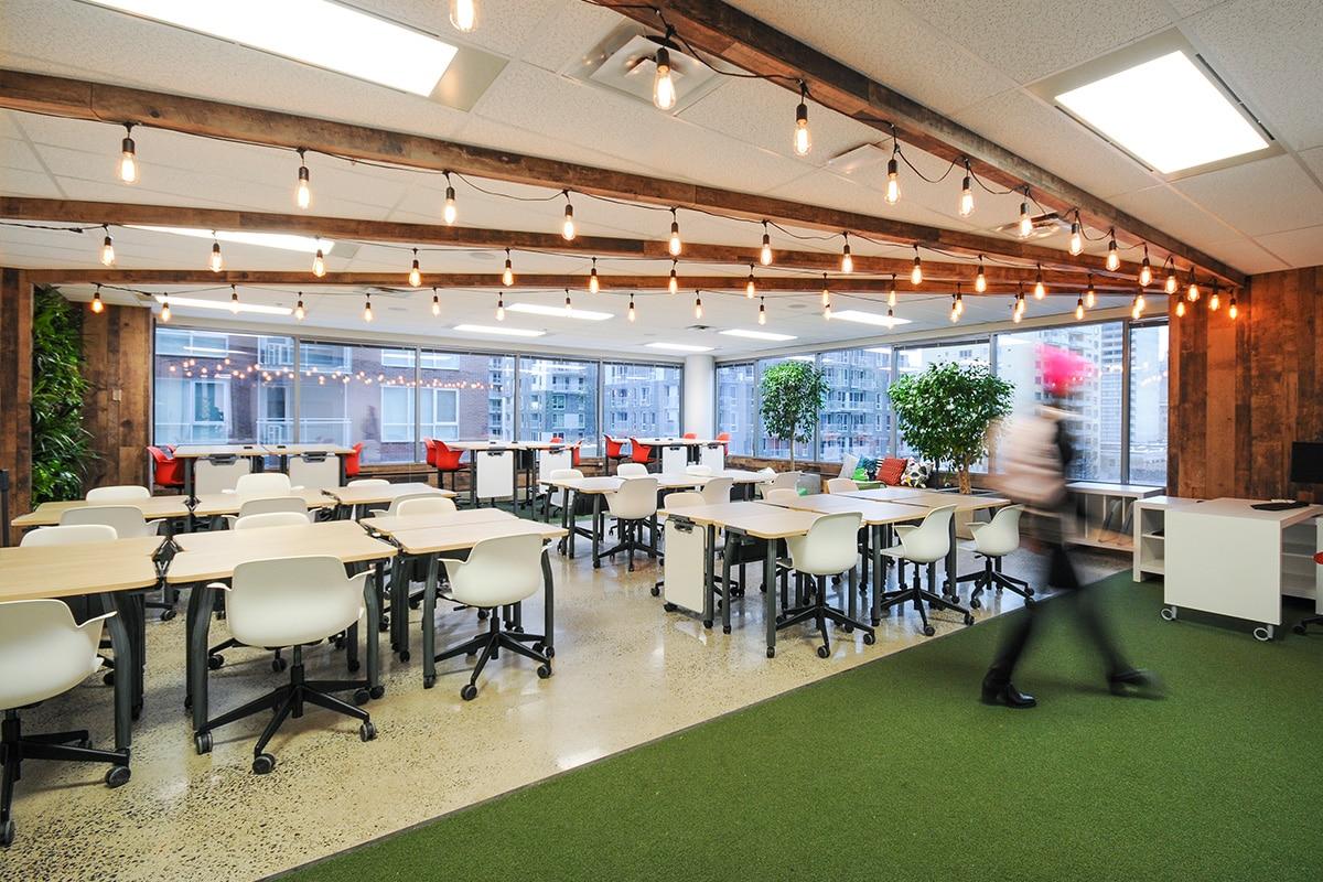 Salle de classe industrielle au Collège LaSalle à Montréal aménagé par VAD Designers