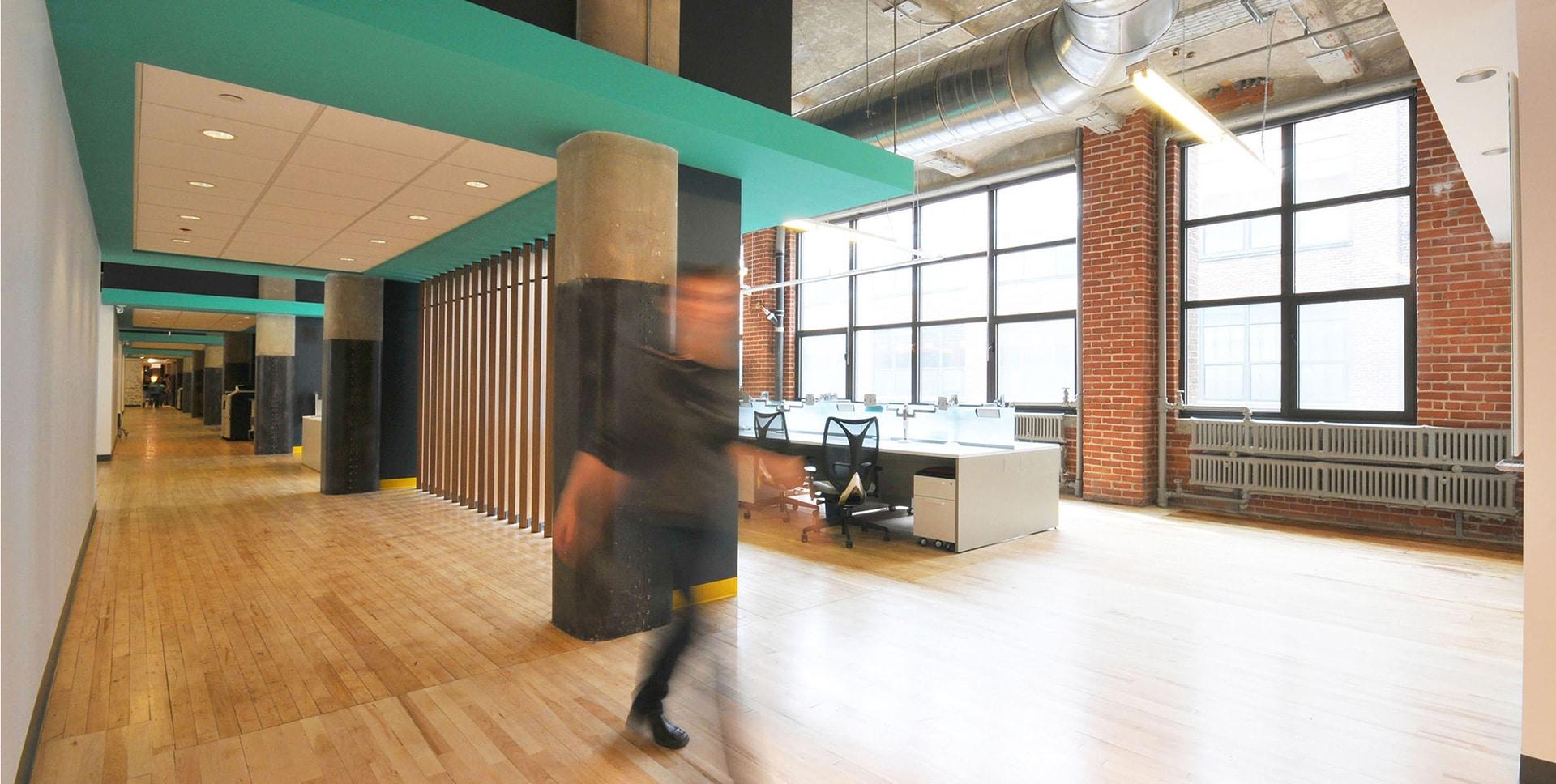 Corridor et postes aux bureaux de Mediative par VAD Designers