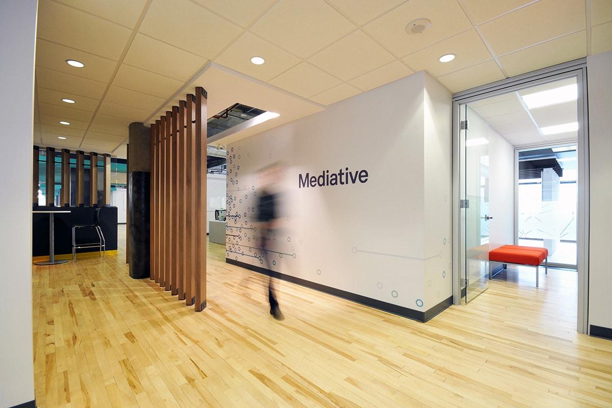 Corridor bureaux de Mediative par VAD Designers