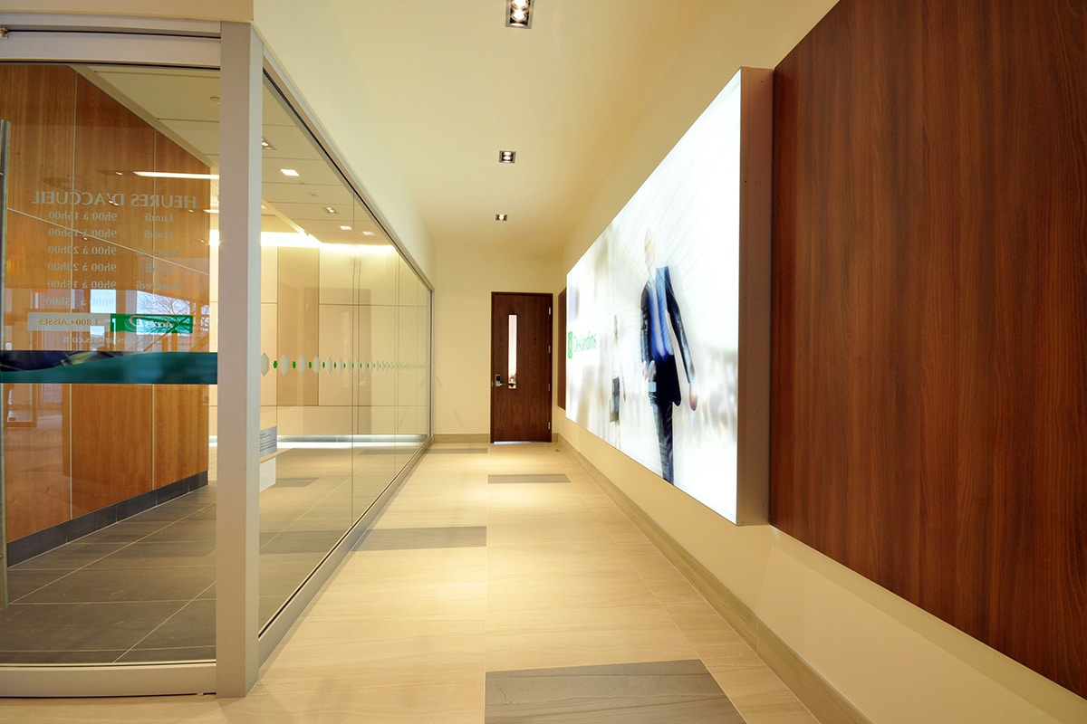 Corridor de succursale Desjardins par VAD Designers