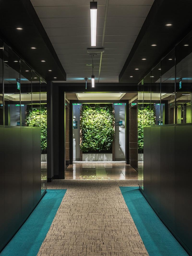 Hall et plantes au siège social du Fonds de Solidarité FTQ, Montréal par VAD Designers