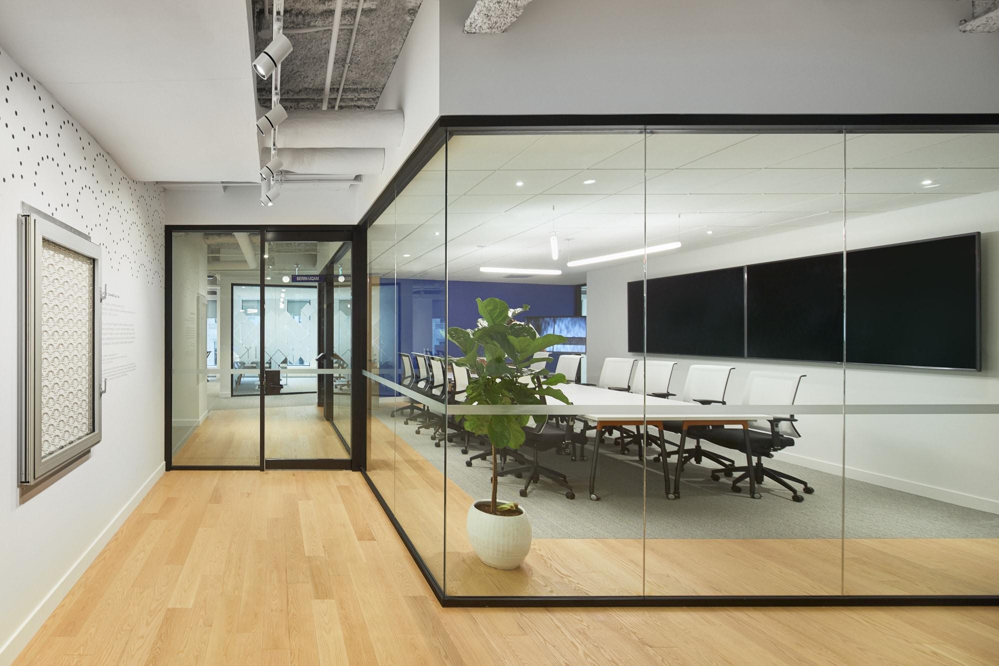 Salle multimédia à la Station FinTech Montréal par VAD Designers d'espaces
