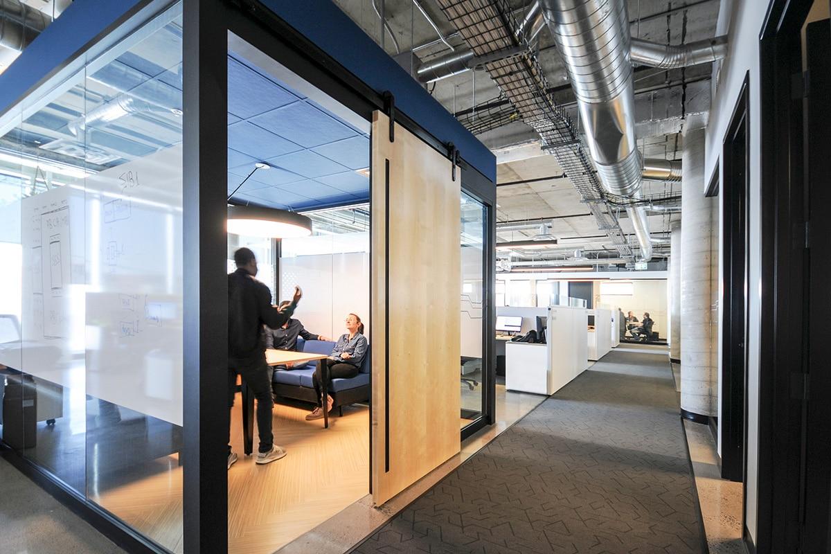 Aire de travail et employés au siège social de Octasic à Montréal aménagé par VAD Designers
