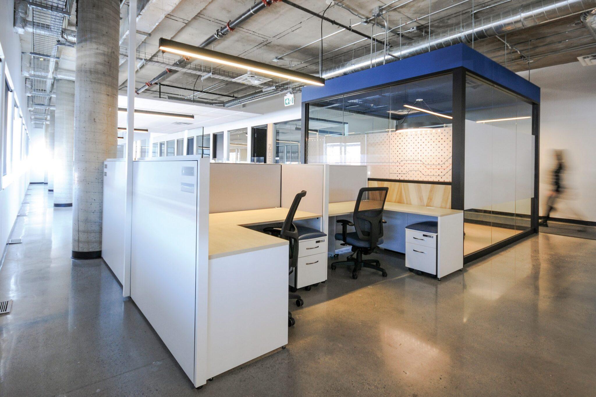 Postes de travail au siège social de Octasic à Montréal aménagé par VAD Designers