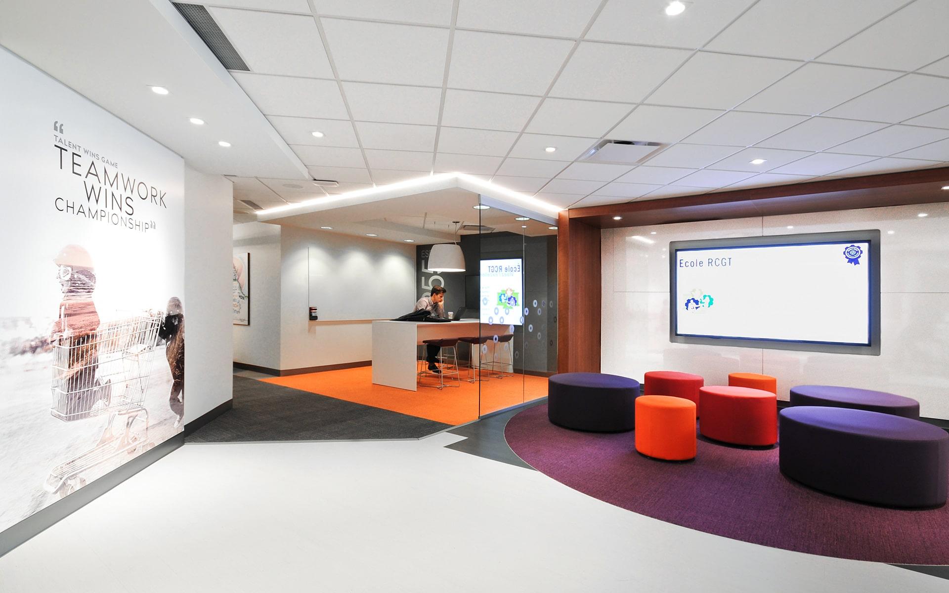 Coin collaboration et poufs oranges aux bureaux de RCGT par VAD Designers