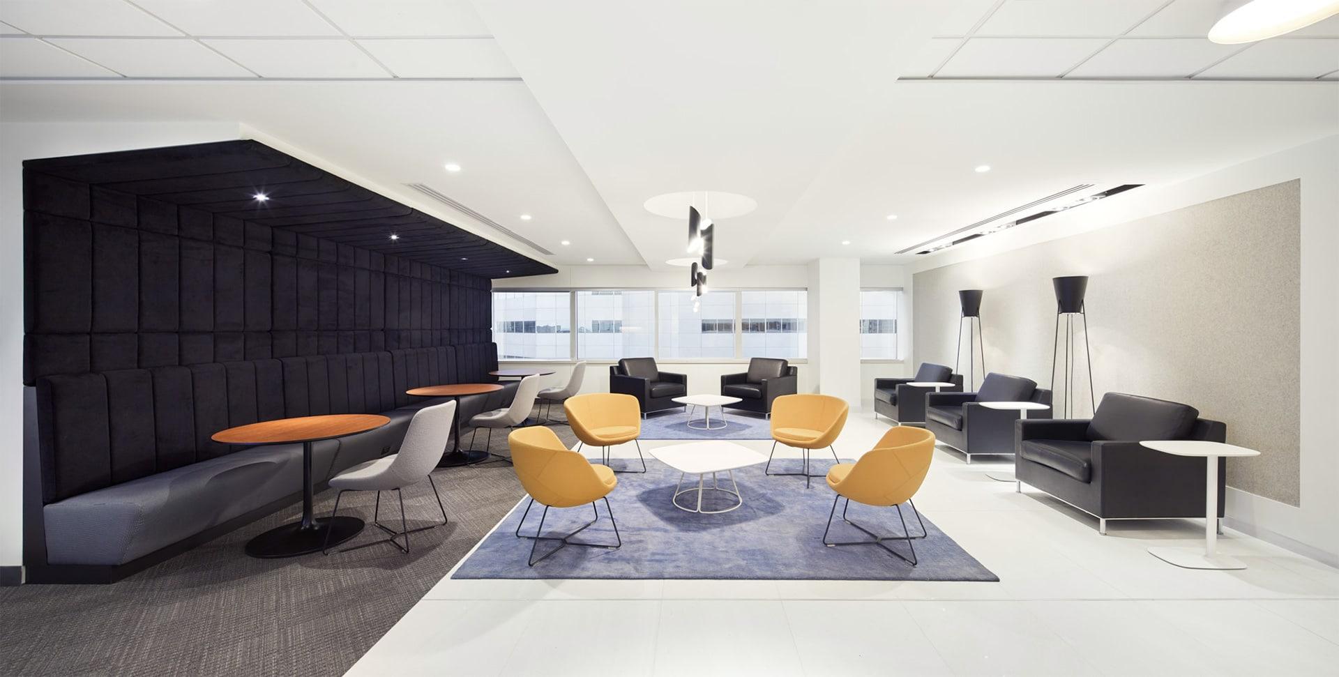 Coin lounge de la zone client au siège social de RCGT à Montréal aménagé par VAD Designers
