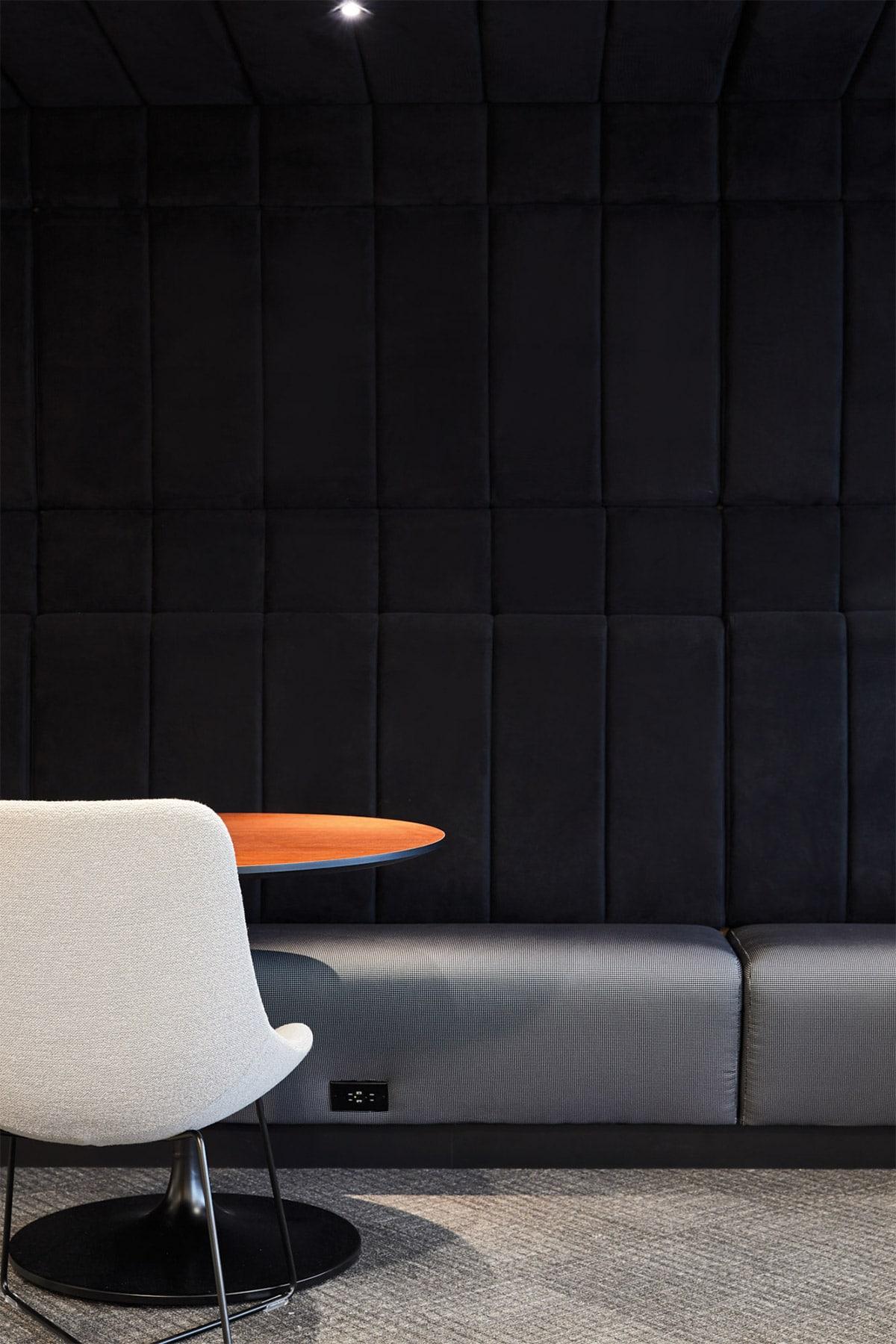 Banquette lounge de la zone client au siège social de RCGT à Montréal aménagé par VAD Designers