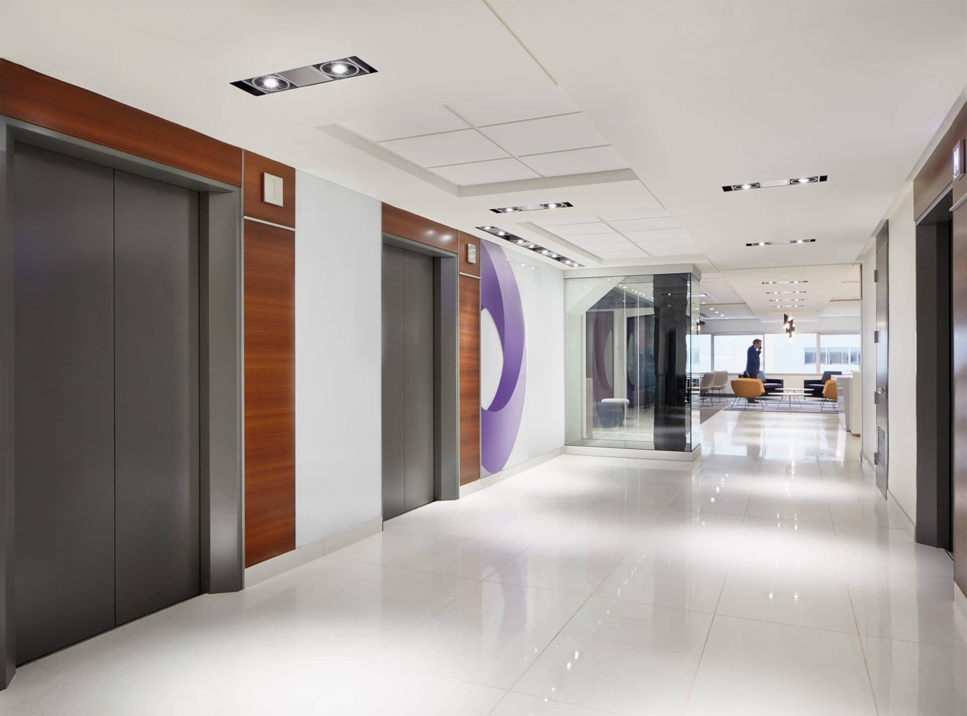 Hall d'entrée de la zone client au siège social de RCGT à Montréal aménagé par VAD Designers