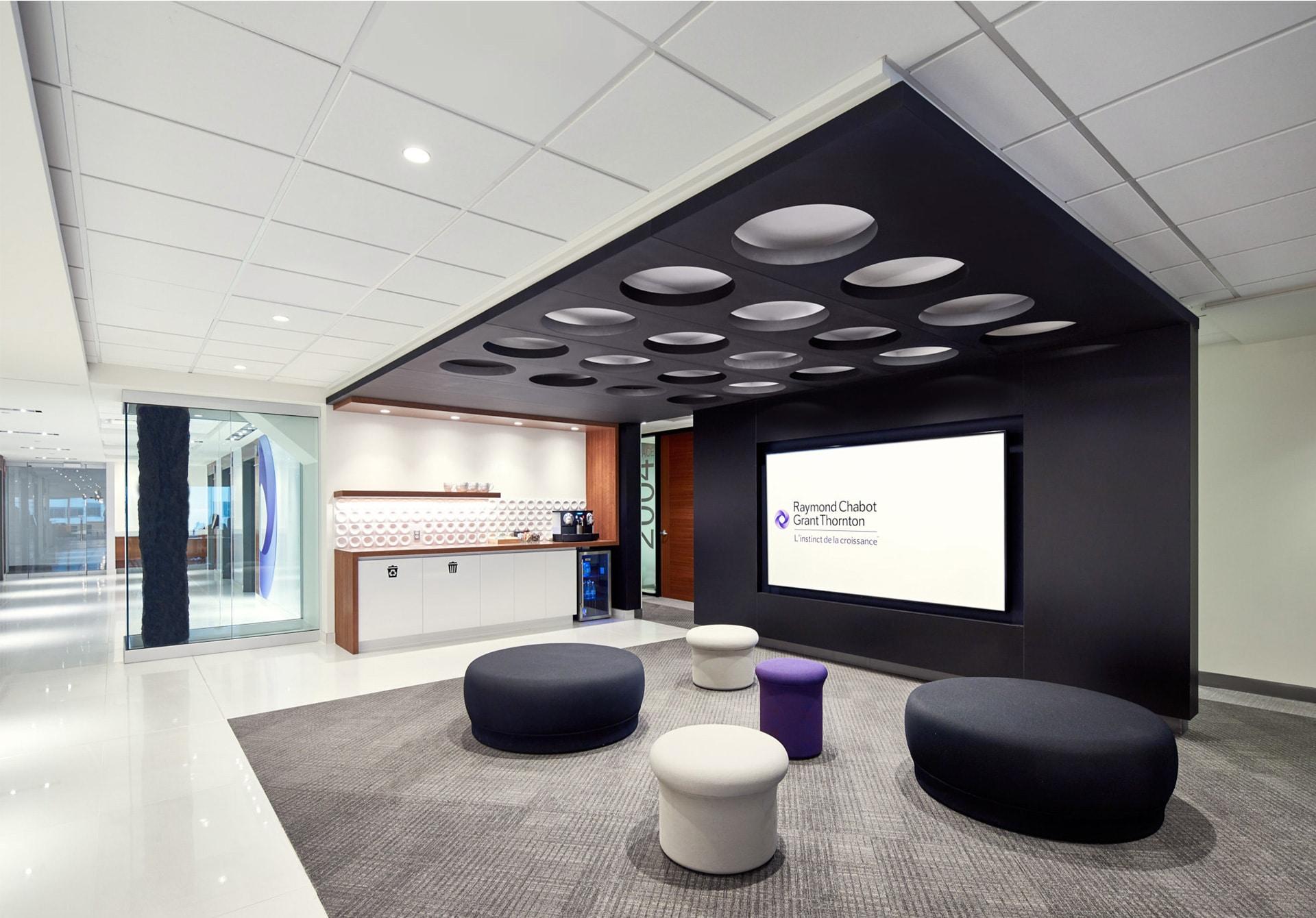 Détail architectural de la zone client au siège social de RCGT à Montréal aménagé par VAD Designers