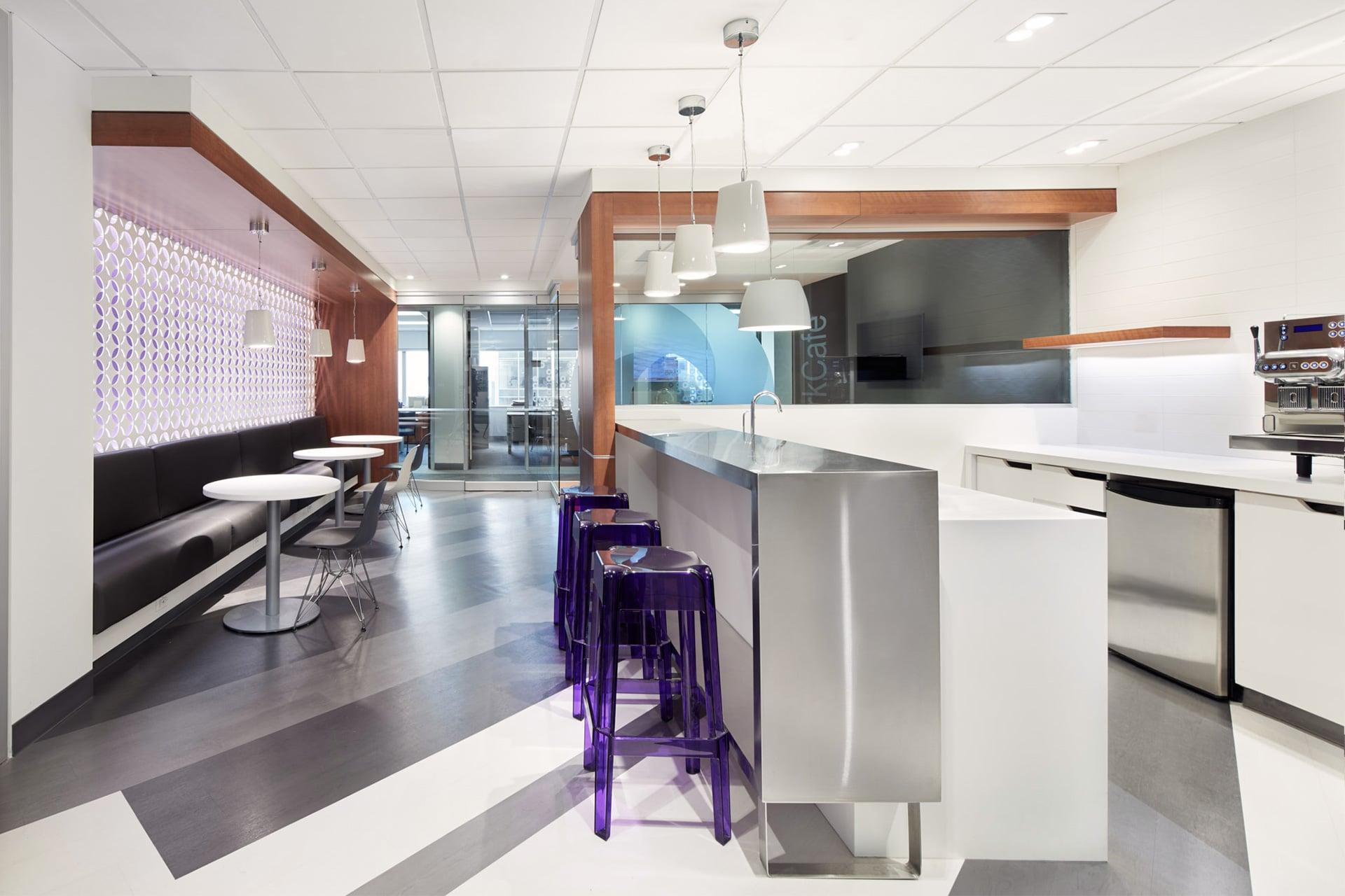 Bar à café de la zone client au siège social de RCGT à Montréal aménagé par VAD Designers