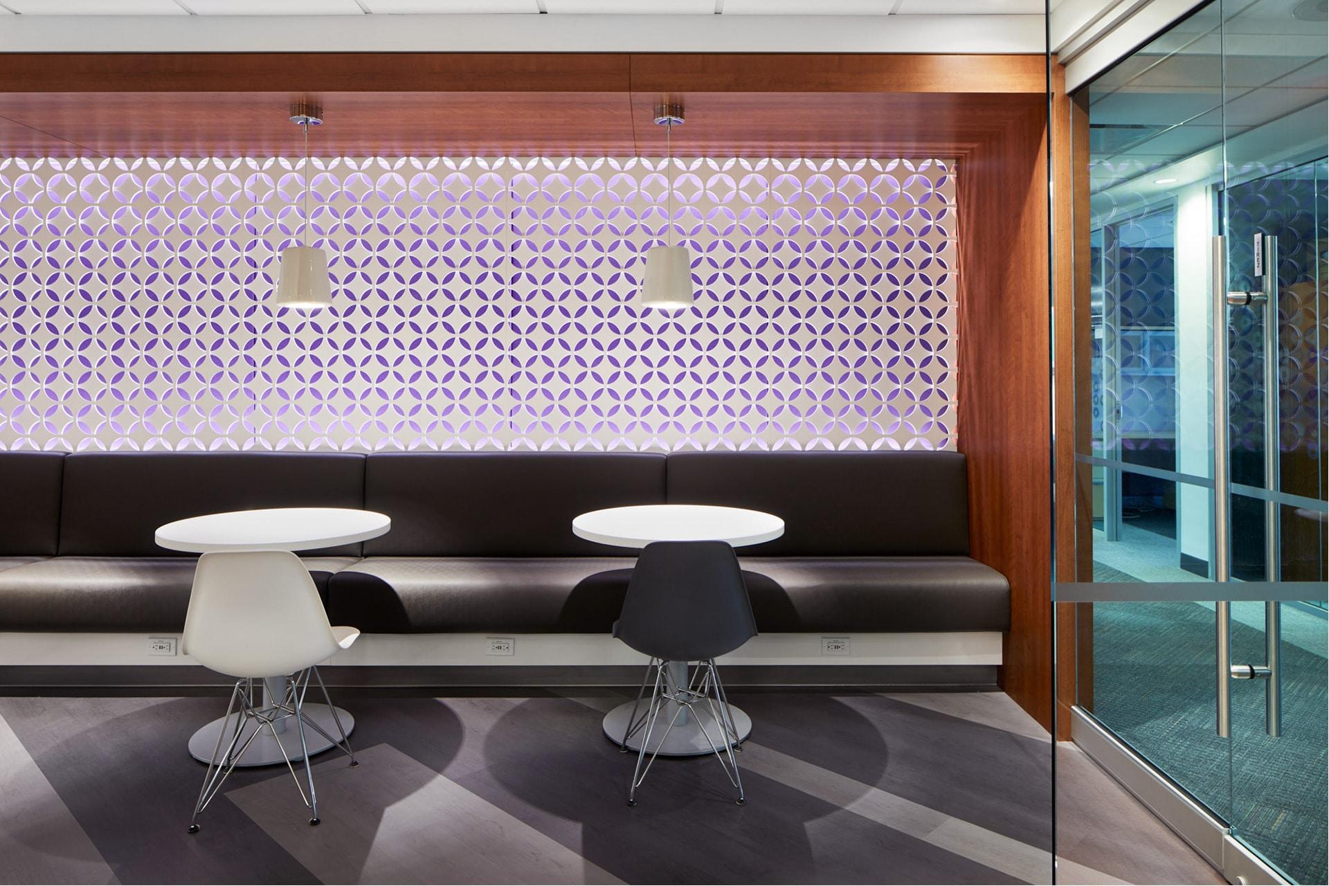 Banquette coin café de la zone client au siège social de RCGT à Montréal aménagé par VAD Designers