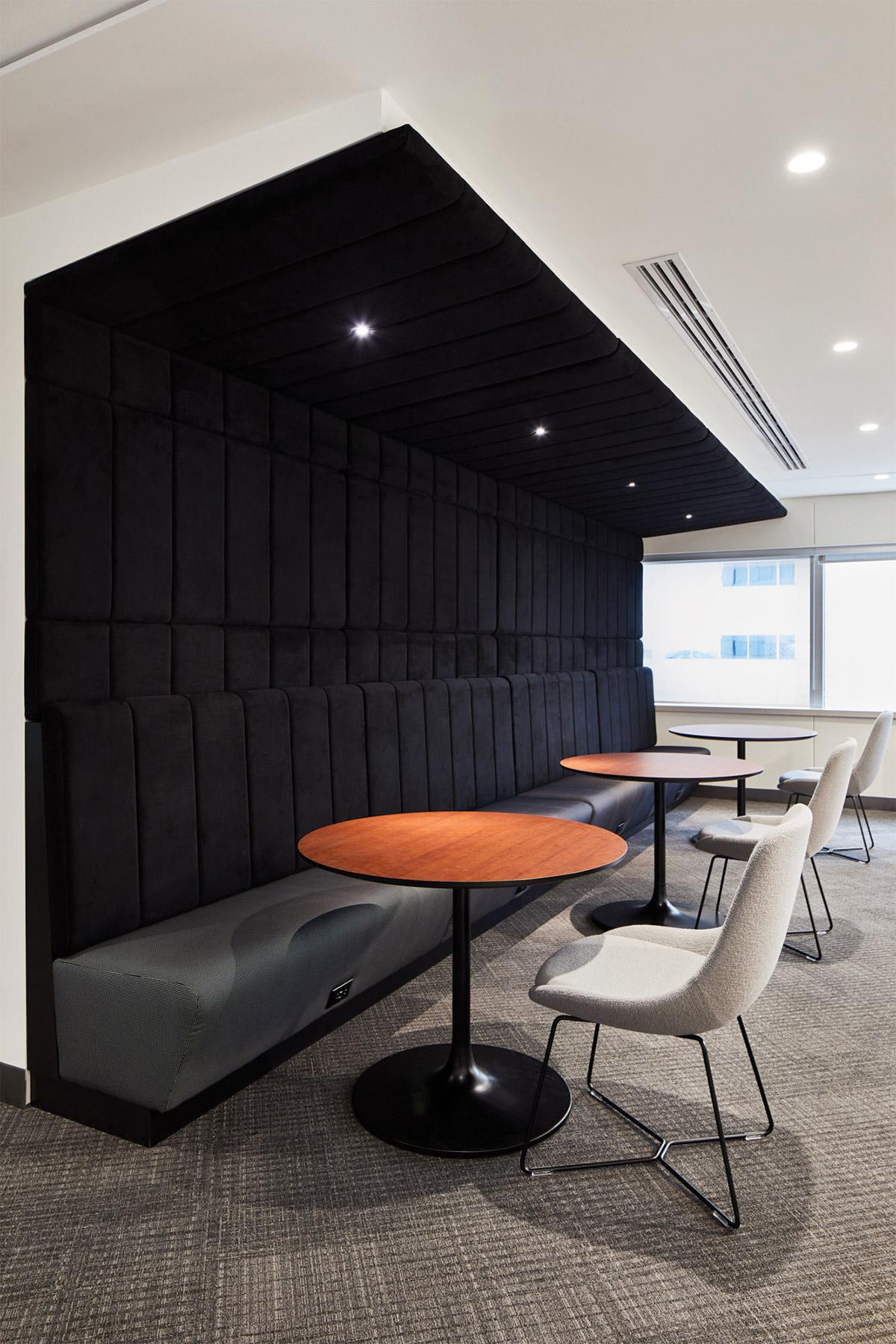 Banquette noire de la zone client au siège social de RCGT à Montréal aménagé par VAD Designers