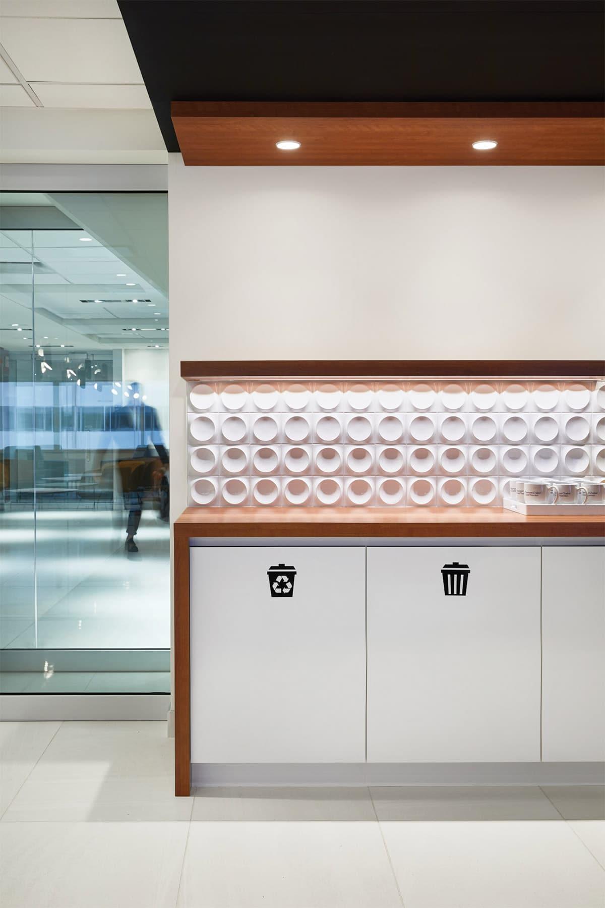 Comptoir de la zone client au siège social de RCGT à Montréal aménagé par VAD Designers