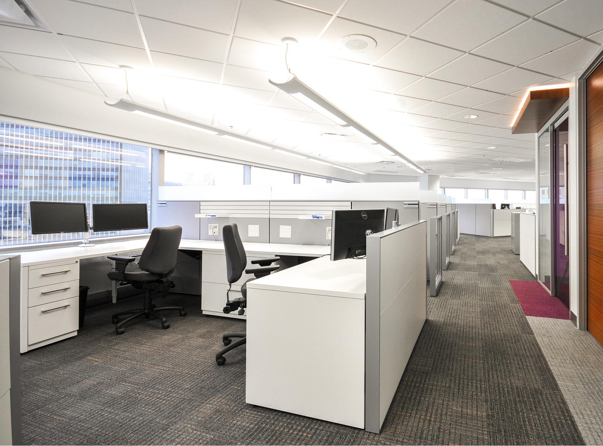 Postes de travail blancs aux bureaux de RCGT par VAD Designers