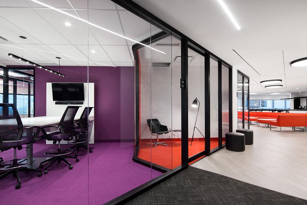 Salles de rencontre rouges et violettes au siège sociale de Banque Nationale a Montréal aménagé par VAD Designers