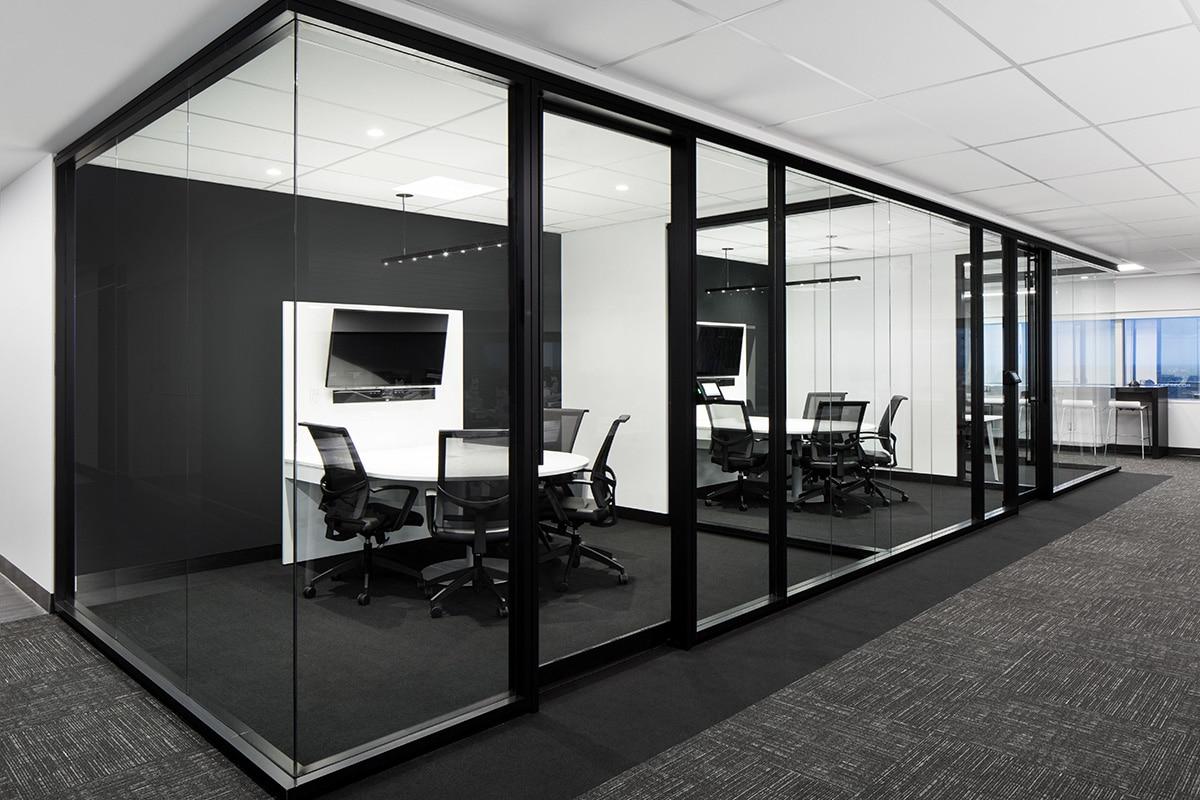 Salles de rencontre noires et blanches au siège sociale de Banque Nationale a Montréal aménagé par VAD Designers