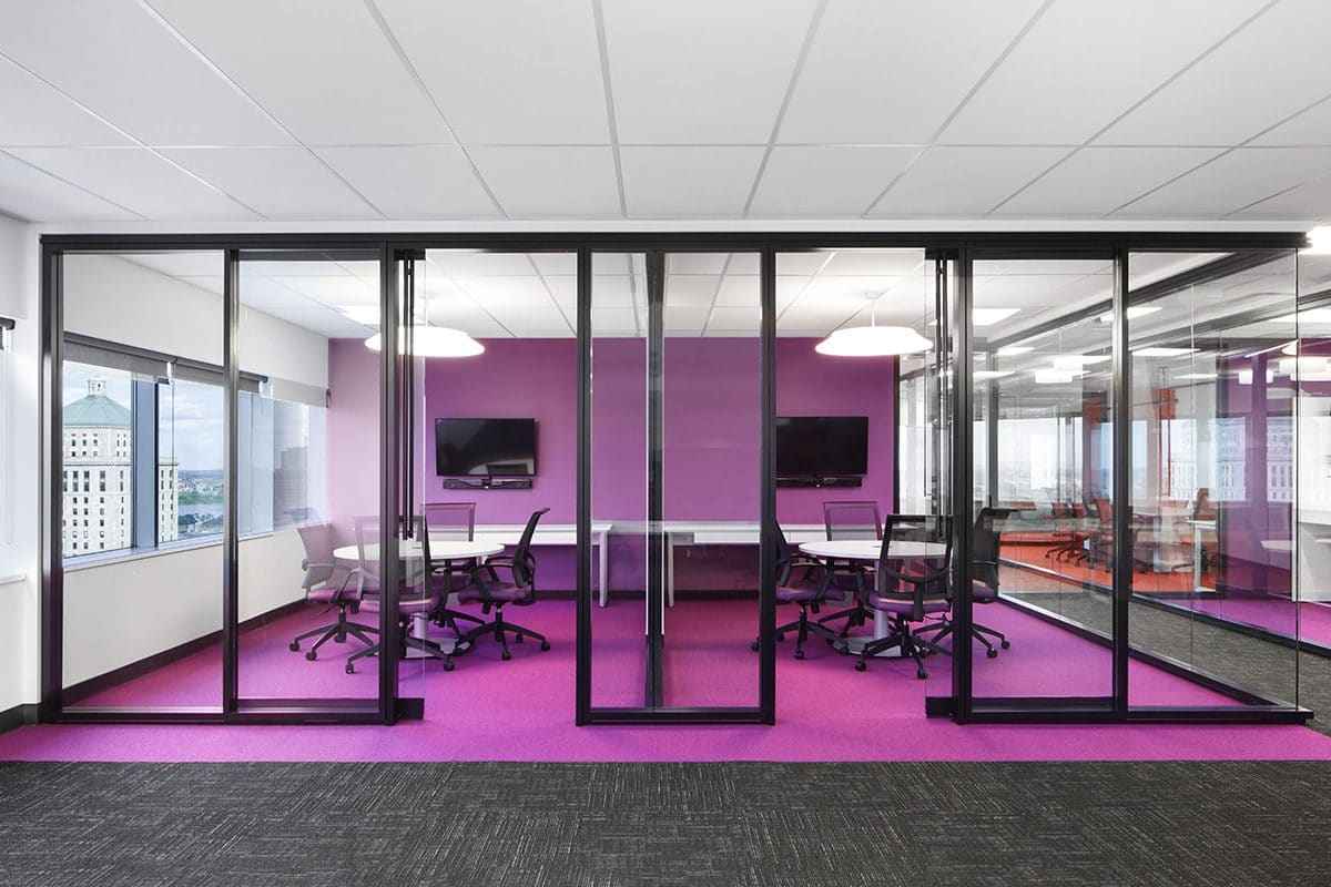Salles de rencontre violettes au siège sociale de Banque Nationale a Montréal aménagé par VAD Designers