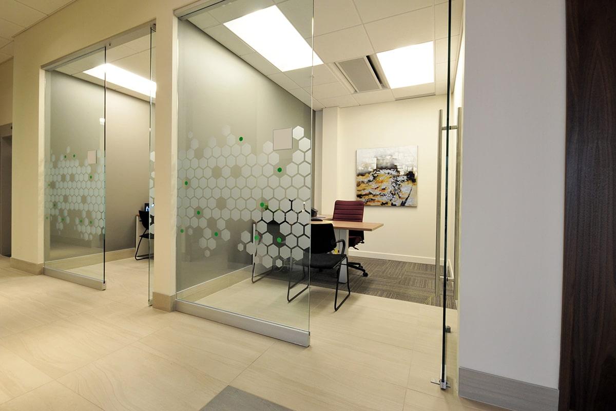 Bureau vitré à la Caisse Desjardins aménagée par VAD Designers