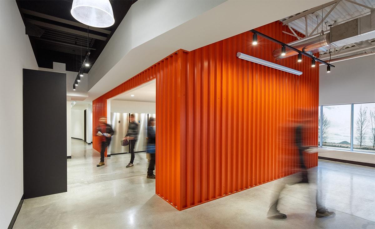 Conteneur orange dans les bureaux de Martins Industries par VAD Designers